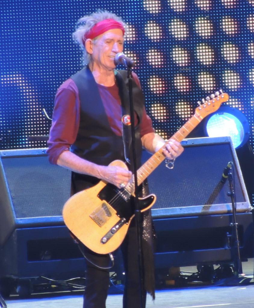 El musico Keth Richards mientras toca una Fender Telecaster