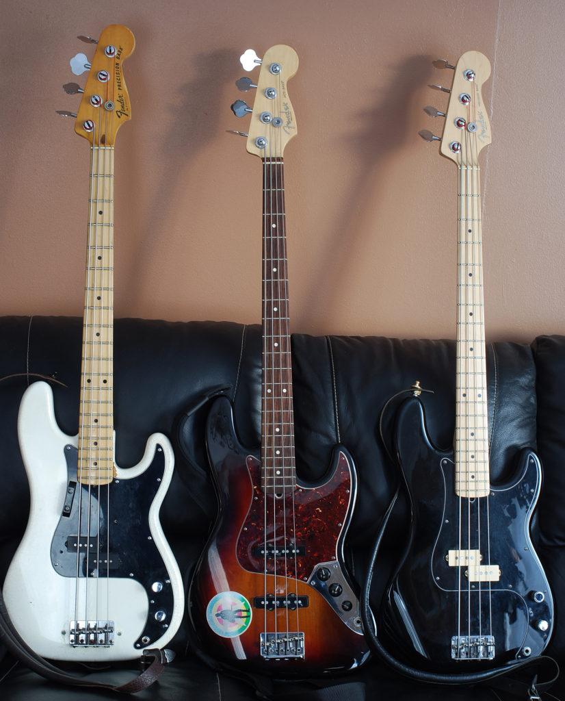 tres bajos electricos ditintos de marca Fender