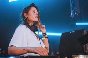 La prometedora DJ Charlotte De Witte a los platos