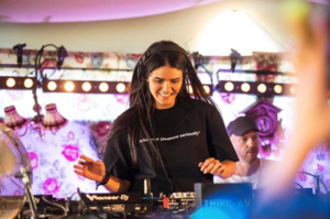 DJ ANNA pinchando en una festa de techno