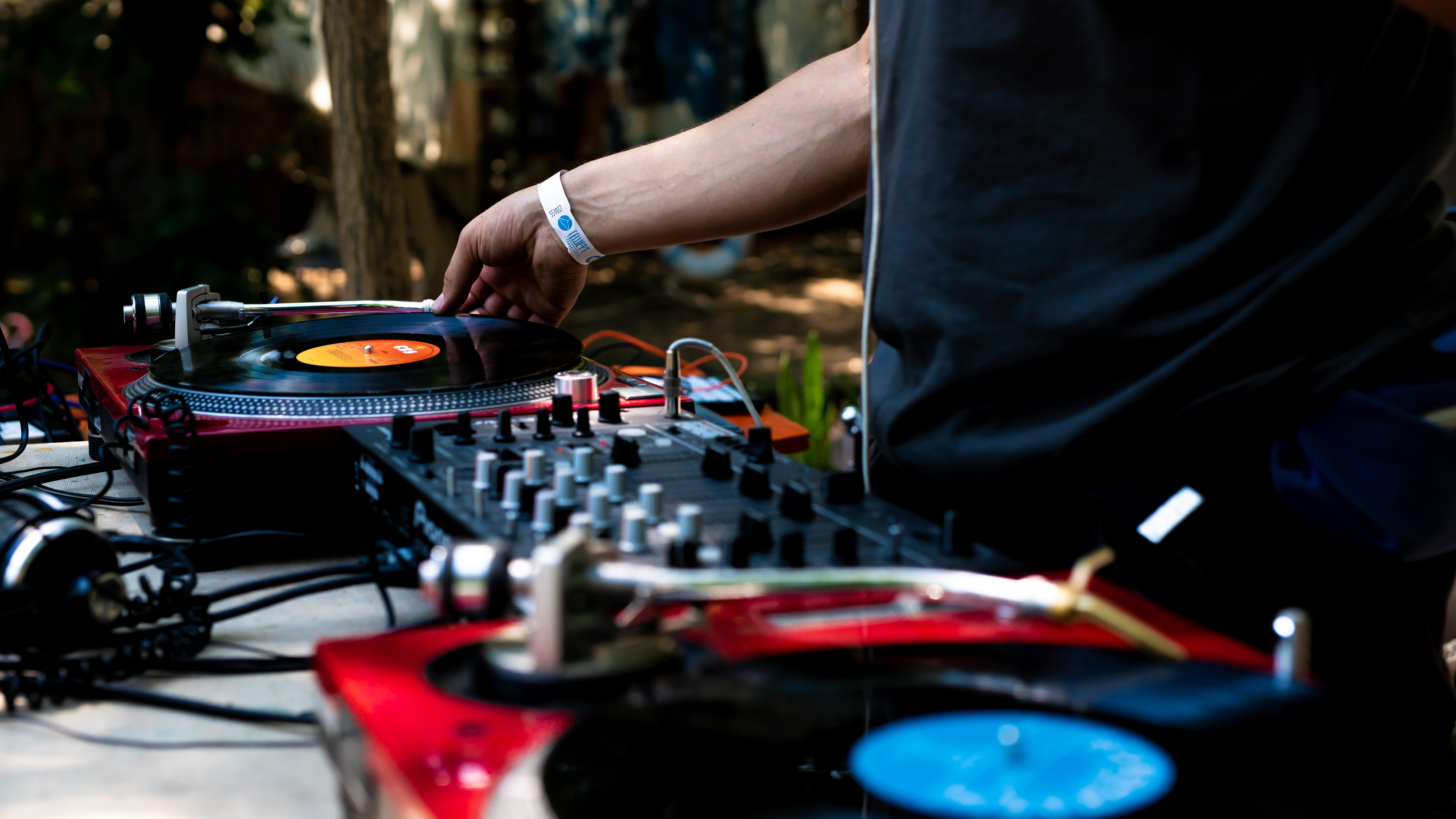 ¿En qué se diferencia una controladora DJ de una mesa de mezclas? - Imagen