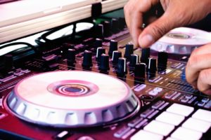 Una controladora DJ para usar Virtual DJ