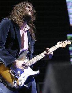 John Frusciante utlizando una Fender Stratocaster en directo