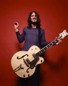 John Frusciante utilizando una Gretsch White Falcon durante una sesión de fotografia