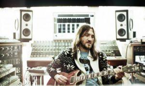 John Frusciante a los mandos de una Tamaha SG2000 en su estudio