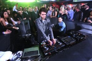 Zedd pinchando en una fiesta utilizando material de Traktor