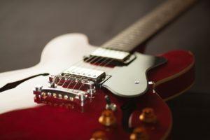 Guitarra electrica de cuerpo semi-hueco