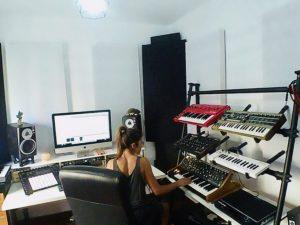 La productora Nølah trabajando en su estudio