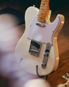 Una guitarra electrica de tipo telecaster