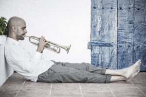 Trompetista de Jazz Pol Omedes tocando trompeta