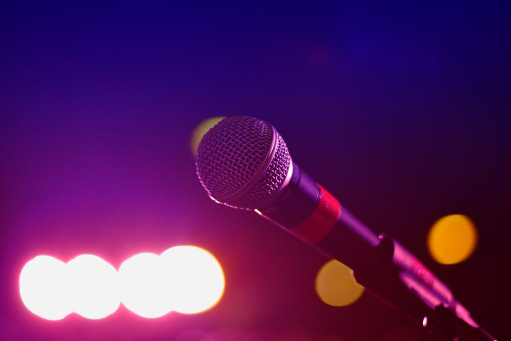 micrófono dinámico directo cantante live